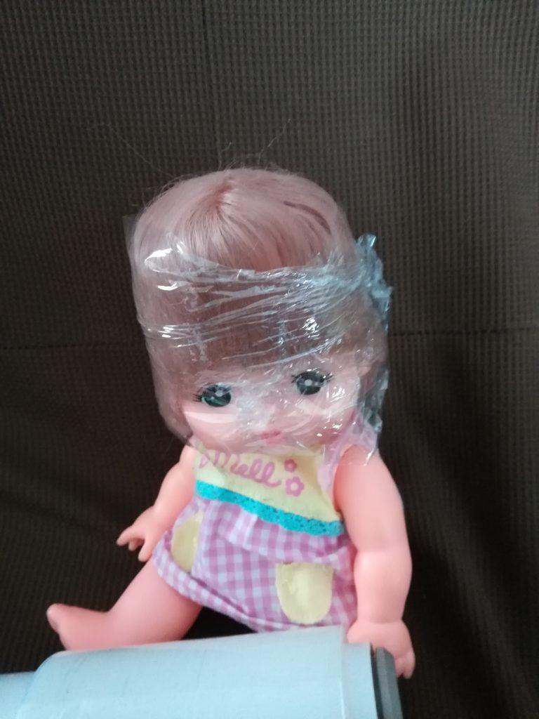 メルちゃんの髪の毛お手入れ方法!手順その5:ラップを巻いてクセ付けしながら乾かす