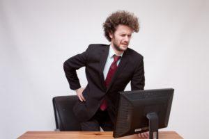 身体に合わない椅子でテレワークをやると肩こりや腰痛を引き起こす可能性があります